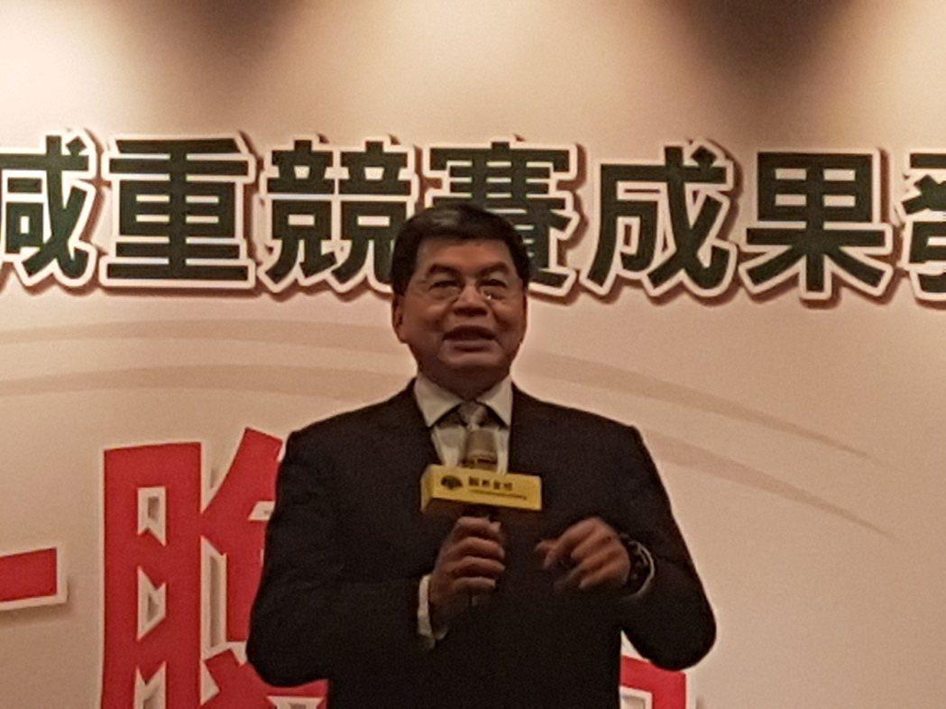 國泰金控總經理李長庚說,他年年參加國泰減重計畫,今年成績好一點,他會繼續參加下去...