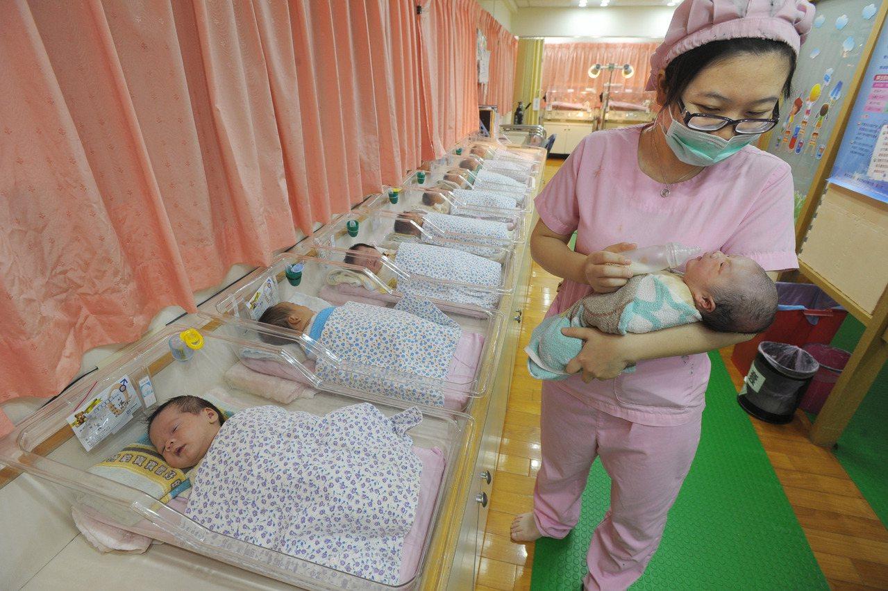 民進黨立委姚文智主張「第二胎國家養」政策,第二胎以上每胎補助1萬。有媽媽認為補助...