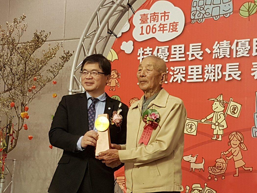 台南市代理市長李孟諺(左)的民調在六都中敬陪末座。記者修瑞瑩/攝影