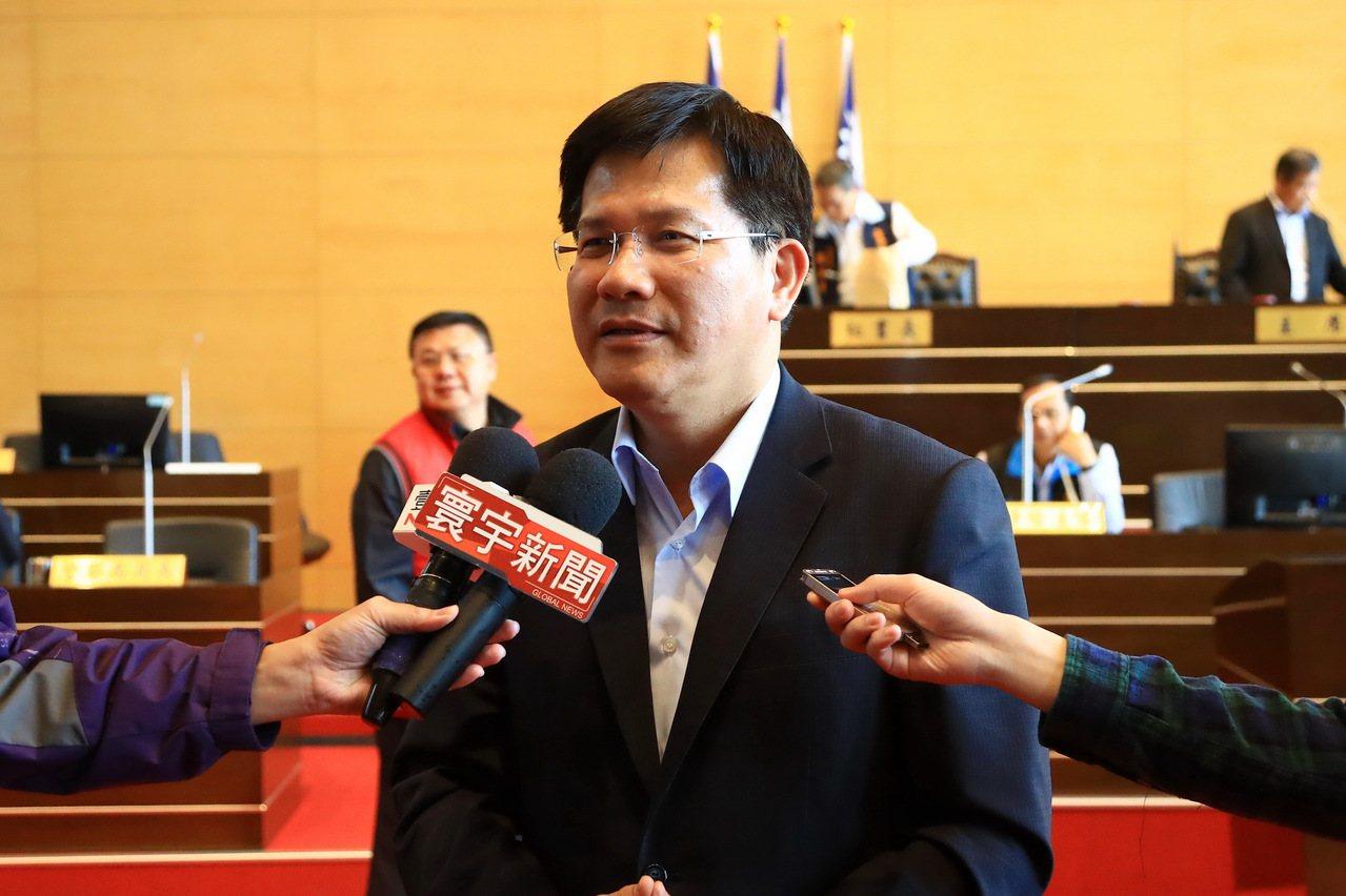 新台灣國策智庫今發布六都首長滿意度調查,台中市長林佳龍排第三;林佳龍說,自己跟自...