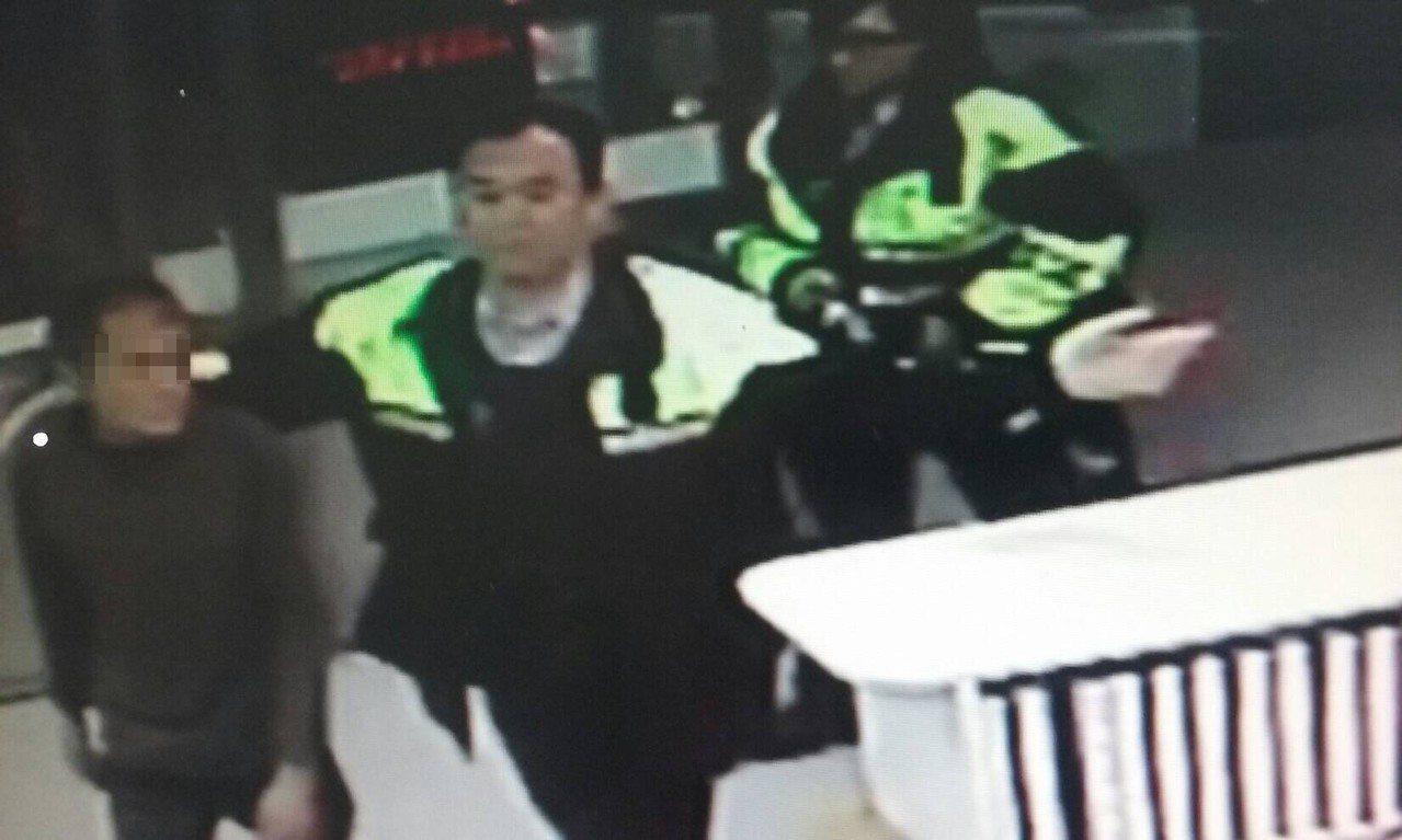 台中市郭姓街友提供身分證號讓警方轉介社會局安置,未料卻被警方發現是通緝犯。記者陳...