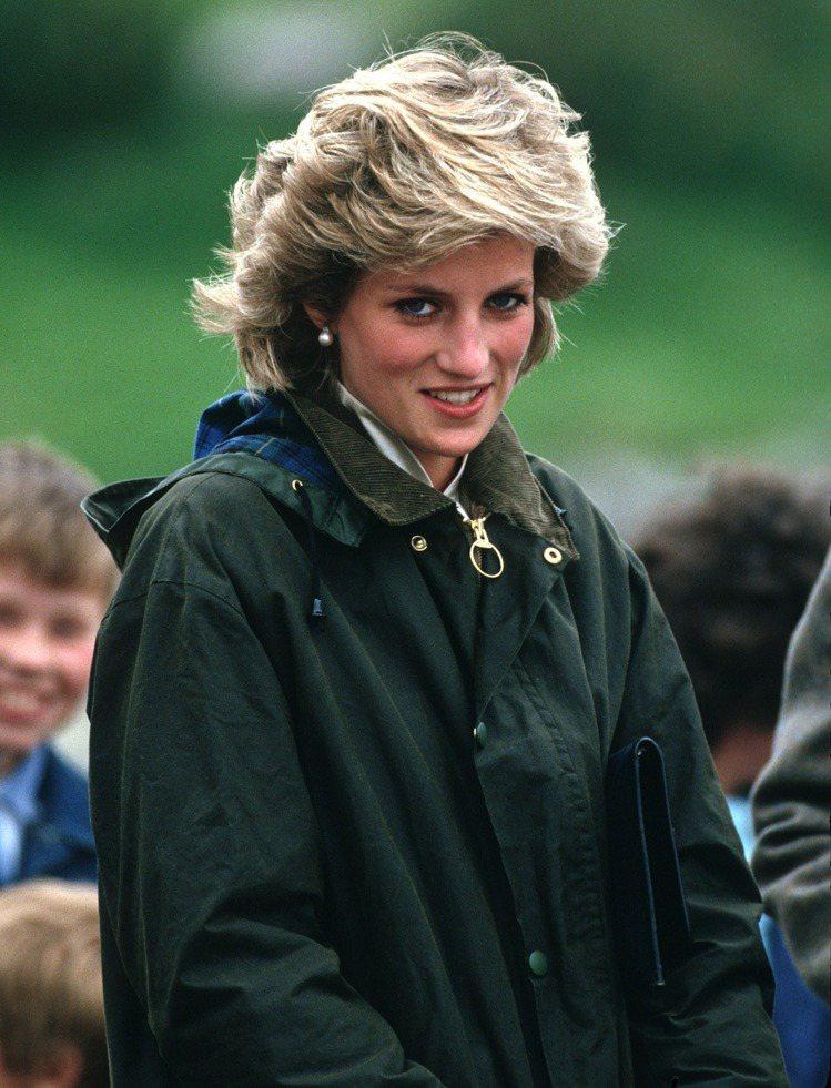 黛安娜王妃身穿Barbour經典鼠尾草綠色風衣。圖/取自pinterest