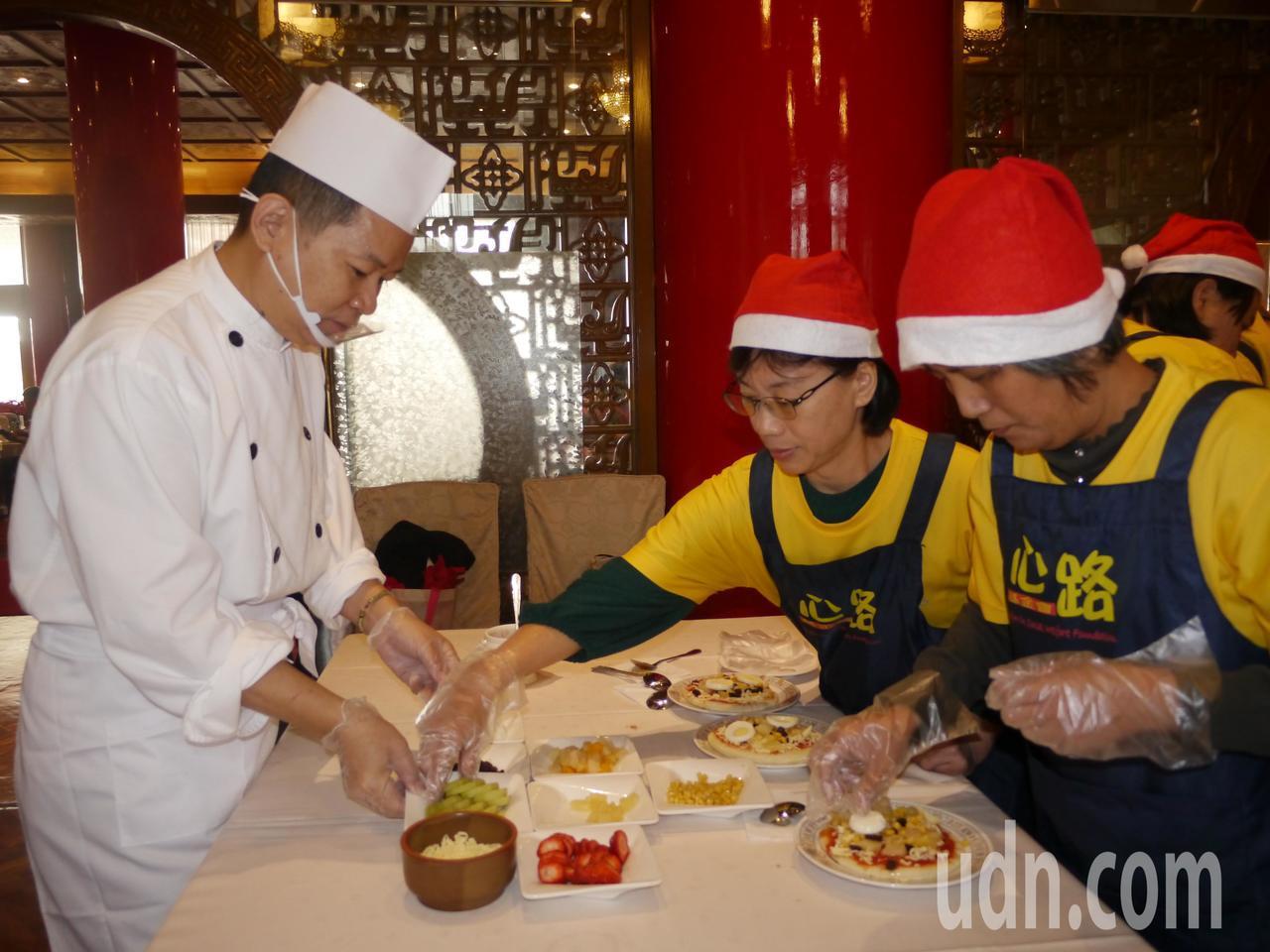 圓山飯店大廚指導製作披薩,初次體驗DIY披薩的心路青年開心極了。記者徐白櫻/攝影