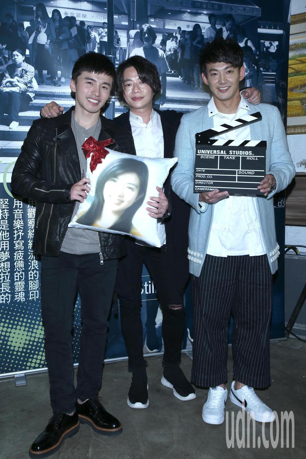 順鵬(中)舉行發片記者會,阿緯(左)與威廉(右)站台送上禮物,吳克群則是與母親各