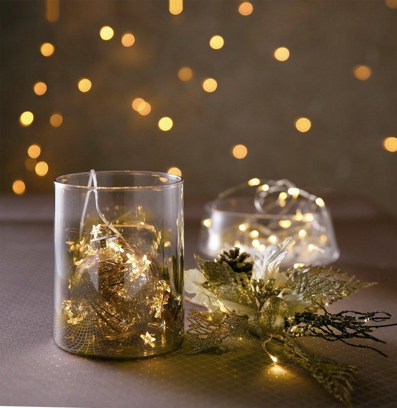 運用花器搭配耶誕飾品與燈串,擁有溫暖感受。圖/HOLA提供