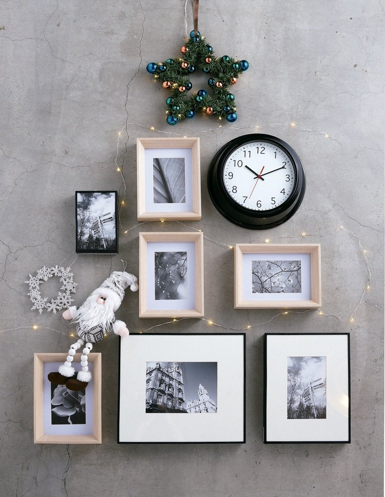運用方形相框、壁鐘讓牆面也能布置成耶誕樹。圖/HOLA提供