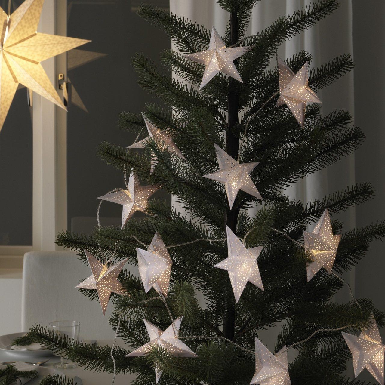 STRALA燈串飾品可纏繞在耶誕樹上或是垂掛在窗簾旁。圖/IKEA提供
