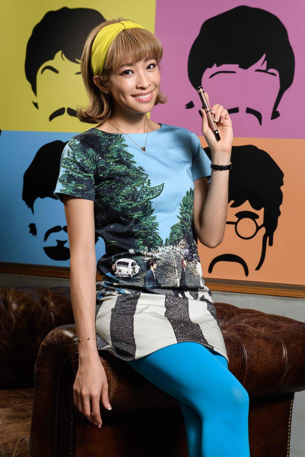 袁詠琳展演萬寶龍名人系列披頭四樂團特別款鋼筆,32,200元。圖/萬寶龍提供