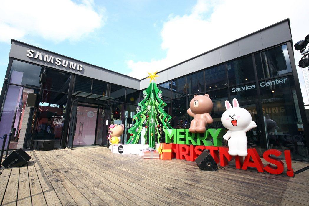 Samsung X LINE FRIENDS品牌概念館打造成應景的耶誕裝置。圖/...