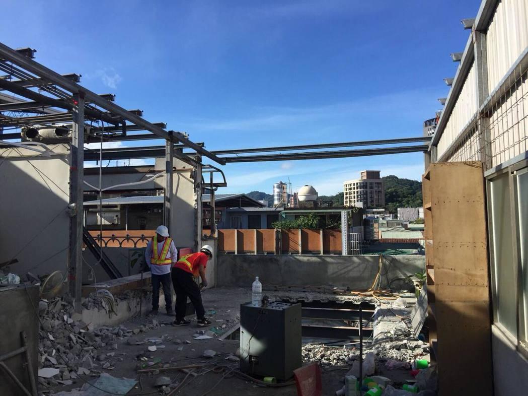 被列為首波強拆目標的中和景新街兩棟頂樓出租套房違建,拆除大隊持續趕工拆除。記者蔡...