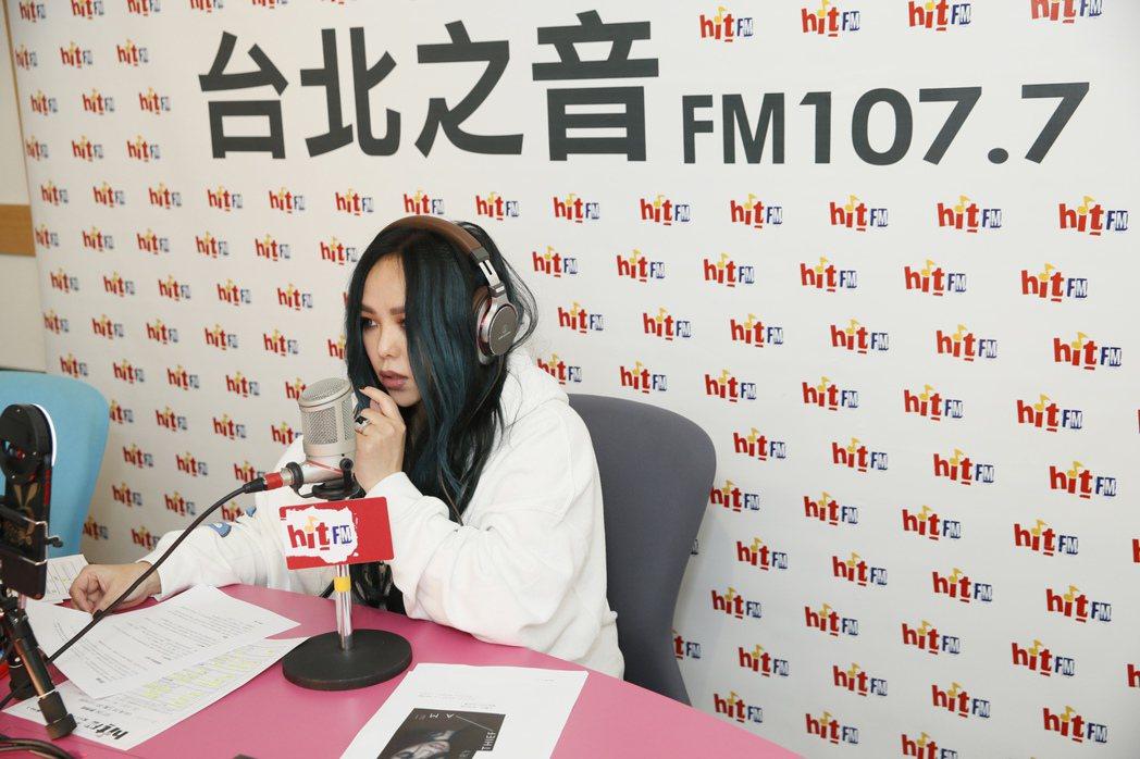 張惠妹上電台客串DJ。圖/Hit Fm提供