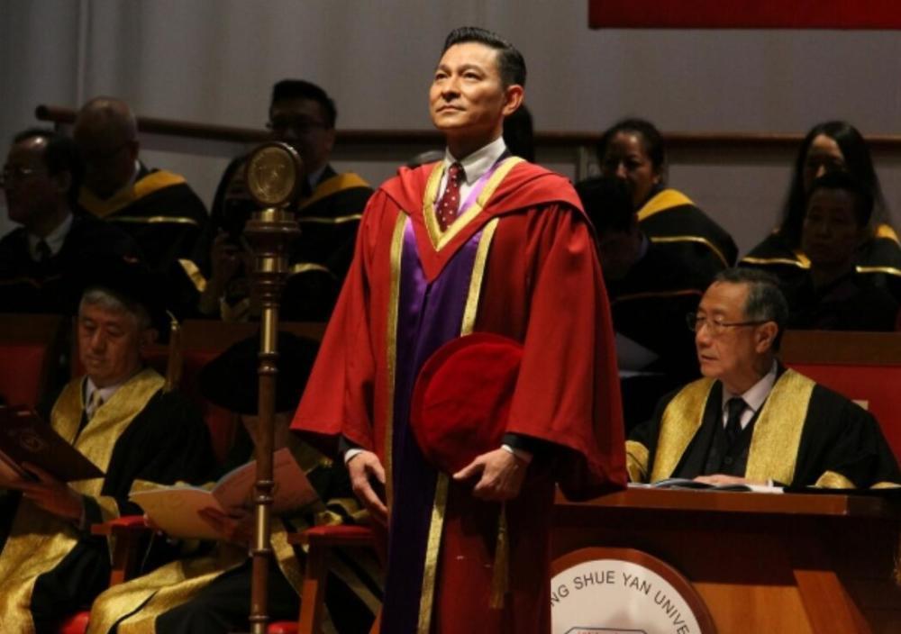 劉德華在在香港樹仁大學獲頒榮譽博士學位。圖/摘自微博