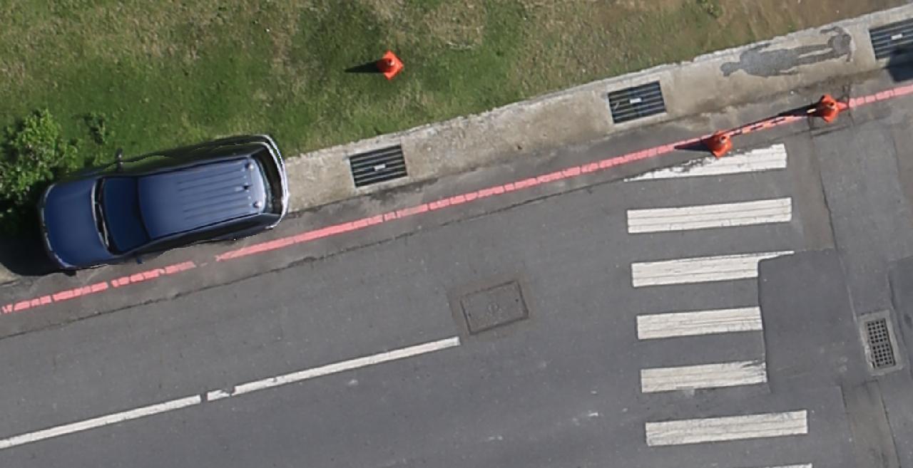 台南市地政局購置高精度製圖用無人飛機,拍攝的圖像相當精確,可以清楚看到地面上的一...