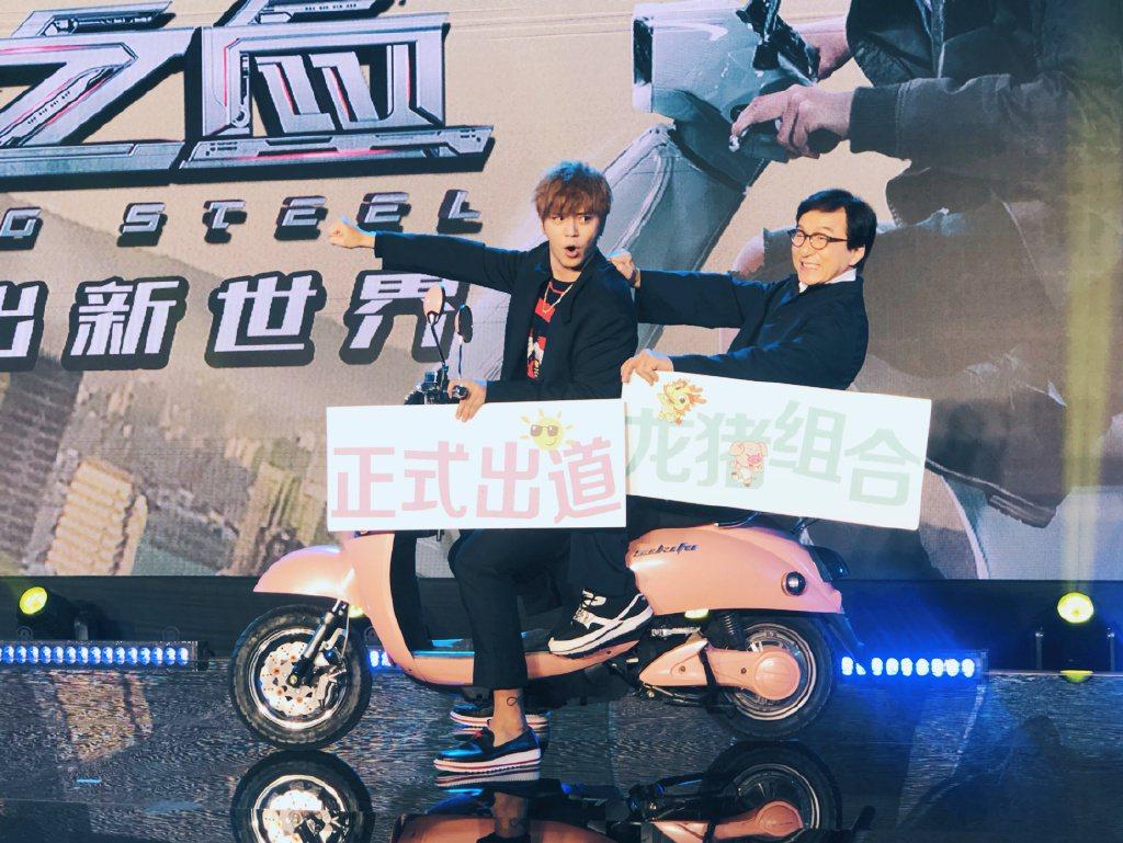 成龍(右)、羅志祥(左)合體演出動作新片「機器之血」。圖/摘自微博