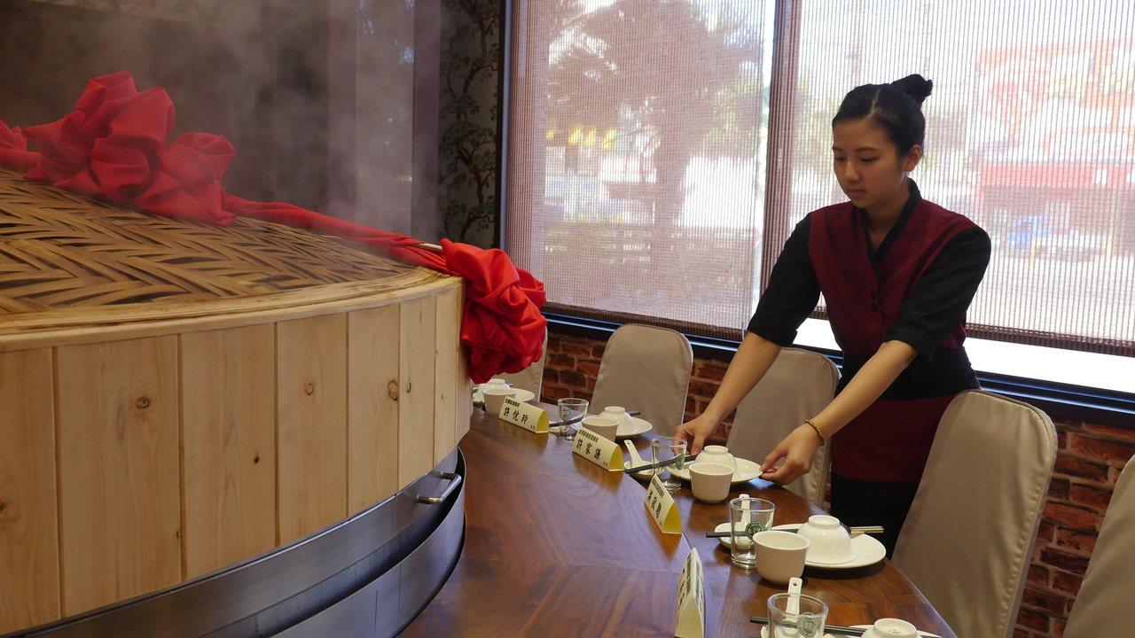 第一批餐廳實習生、開南大學觀光系一年級學生郭玟杉,擔任蒸籠升起主持人。圖/開南大...