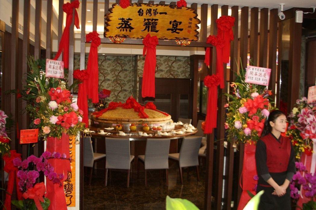 桃園市大園區台灣農家菜餐廳,打造台灣第一巨蒸籠,推出蒸籠宴,日前在網路引起網友熱...