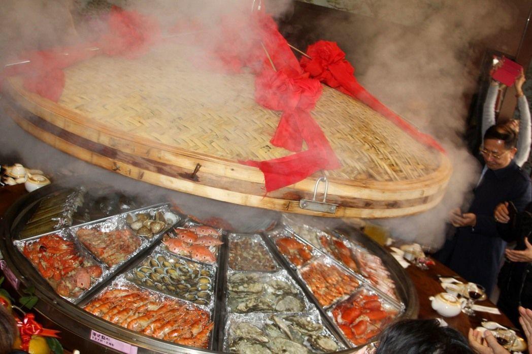 桃園市大園區台灣農家菜餐廳台灣第一巨蒸籠,推出特別蒸籠宴開籠儀式出菜秀,蒸氣滾滾...
