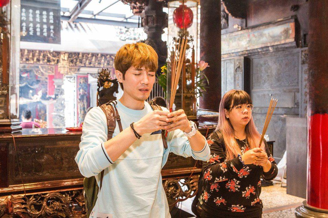 歌手蕭閎仁參加武德宮新歌發表會前,先向財神爺上香膜拜。記者蔡維斌/攝影