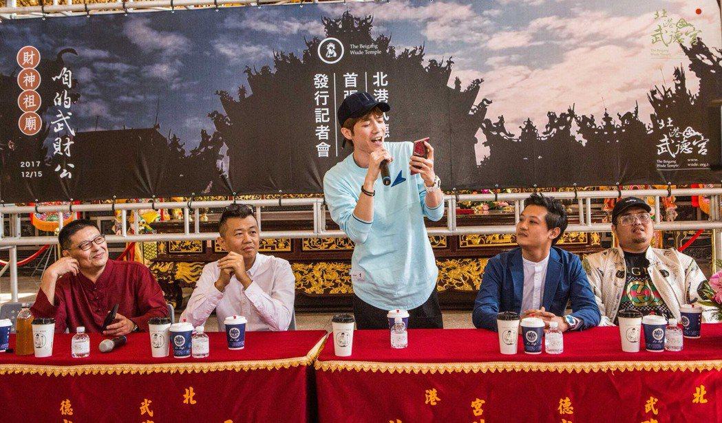 歌手蕭閎仁在新歌發表會上獻唱財神新歌。記者蔡維斌/攝影