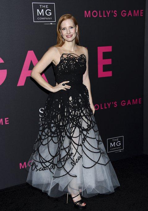 好萊塢女星大串連,將在金球獎頒獎典禮上都穿著黑色禮服,抗議業界的性騷擾與性侵害。自從金獎製片哈維溫斯坦過去的淫行被數十位女性揭發、掀起性侵風暴後,達斯汀霍夫曼、凱文史貝西等重量級影人也都被拆穿醜惡的...