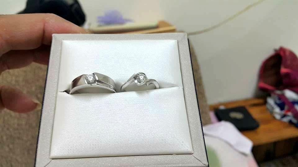 蔡姓男子提到照片中的這對結婚鑽戒是特別量身訂製的,意義重大,「我一定要找回來」。...