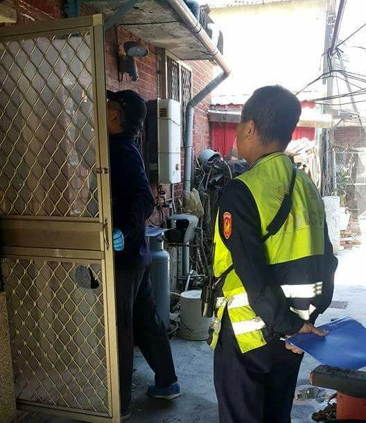 台南市喜樹路昨傳民宅遭竊賊用火破壞兩道門鎖後潛入屋內行竊,警方到場蒐證。圖/當事...