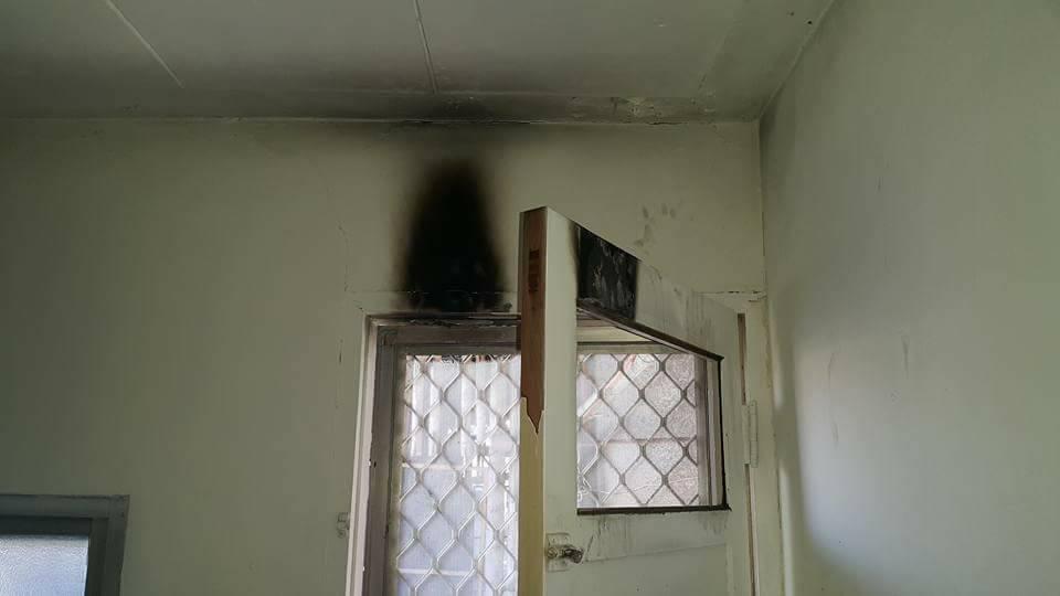 竊賊用火破壞兩道門鎖後潛入屋內行竊,現場仍留有火燒痕跡。圖/當事人提供