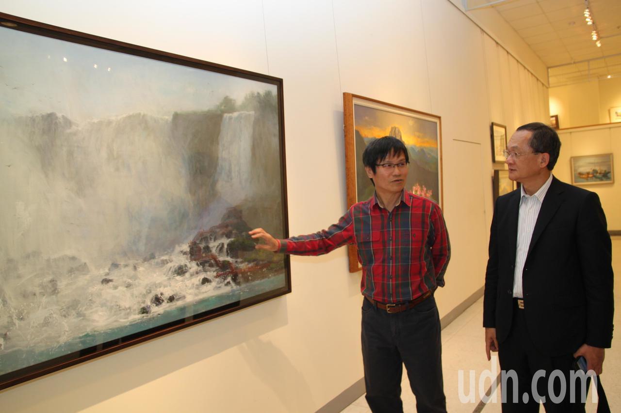 國立台灣師範大學特聘教授黃進龍(左)除了水彩裸女創作受矚目,風景畫也有其特色。記...