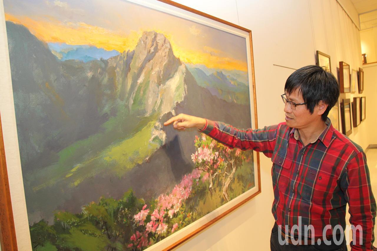 國立台灣師範大學特聘教授黃進龍說明自己如何登上玉山創作的路線。記者黃寅/攝影