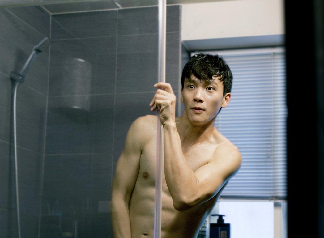曹晏豪裸上身露出六塊肌好身材,帥度破表。圖/東森提供