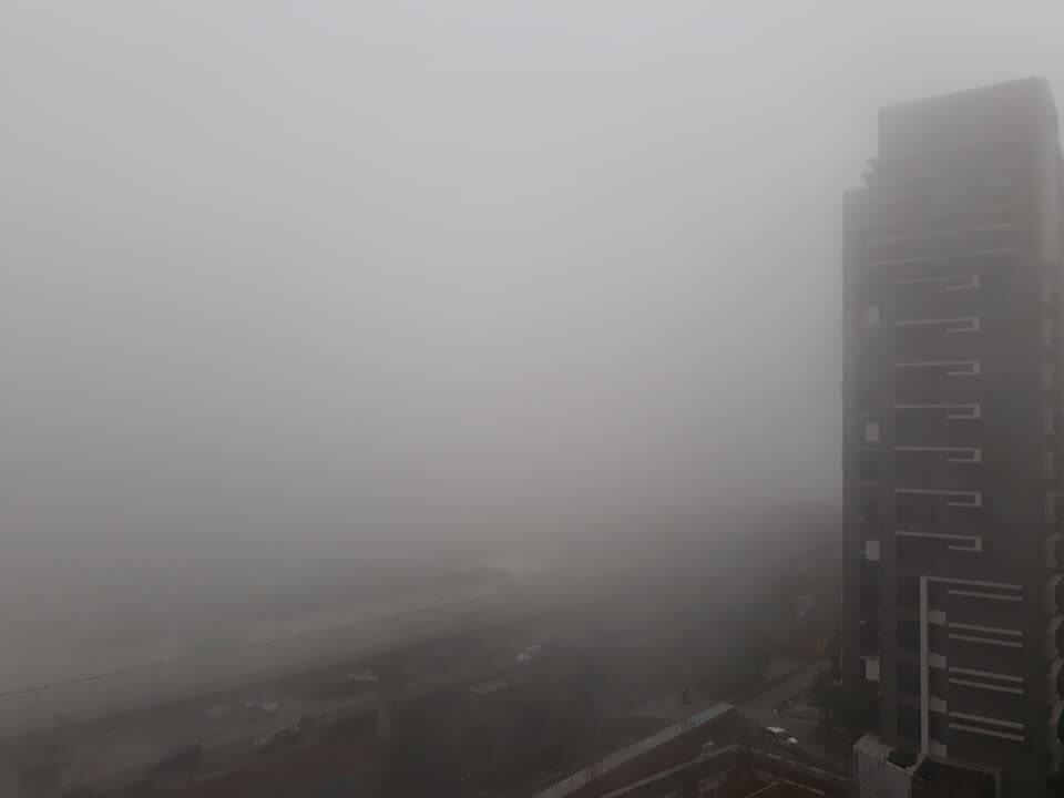 新北市淡水區日前早上7點多霧霾嚴重,能見度相當低。記者陳雕文/翻攝
