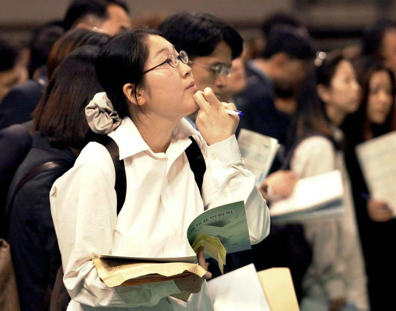 南韓整體失業率雖低,但年輕人謀職不易,上月有28.4萬名青年放棄找工作。圖為正在...