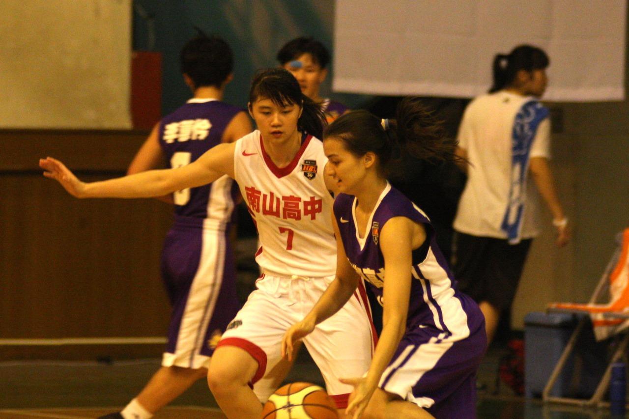林釵絹(左)攻下16分、6籃板,帶領南山高中取得預賽首勝。圖/高中體育總會提供