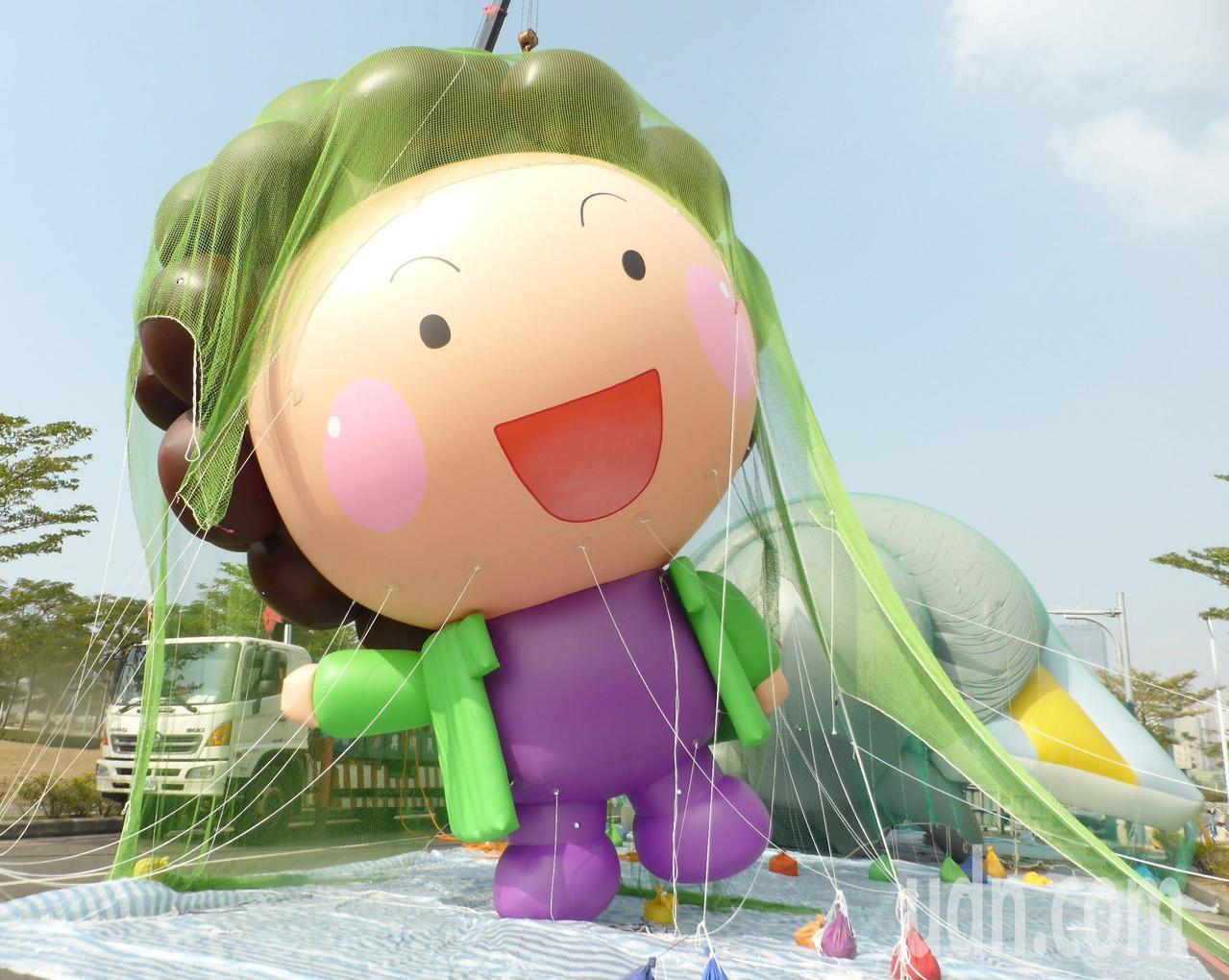 以高雄市長陳菊「Q版花媽」為造型的大氣球,今年首度加入高雄第10年的大氣球遊行。...