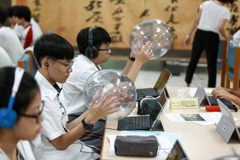 中崙高中學生修課現場,透過同步視訊學習使用認識天球座標,而他校選修生就透過視訊方式連線學習。 圖/台北市教育局提供