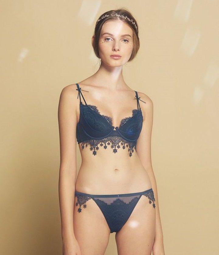 新月星空鏤空蕾絲胸罩,售價1,190元;三角褲售價490元。圖/PEACH JO...