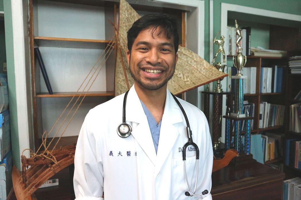 台灣協助馬紹爾群島共和國訓練當地第一位由政府發證照的醫師David,未來也將在當...