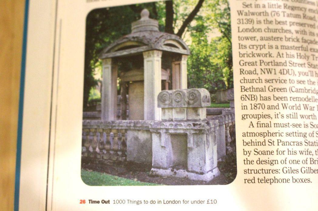 英國最經典的街道家具「紅色電話亭」,造型靈感來自18世紀英國建築師的墓園。圖/翻...