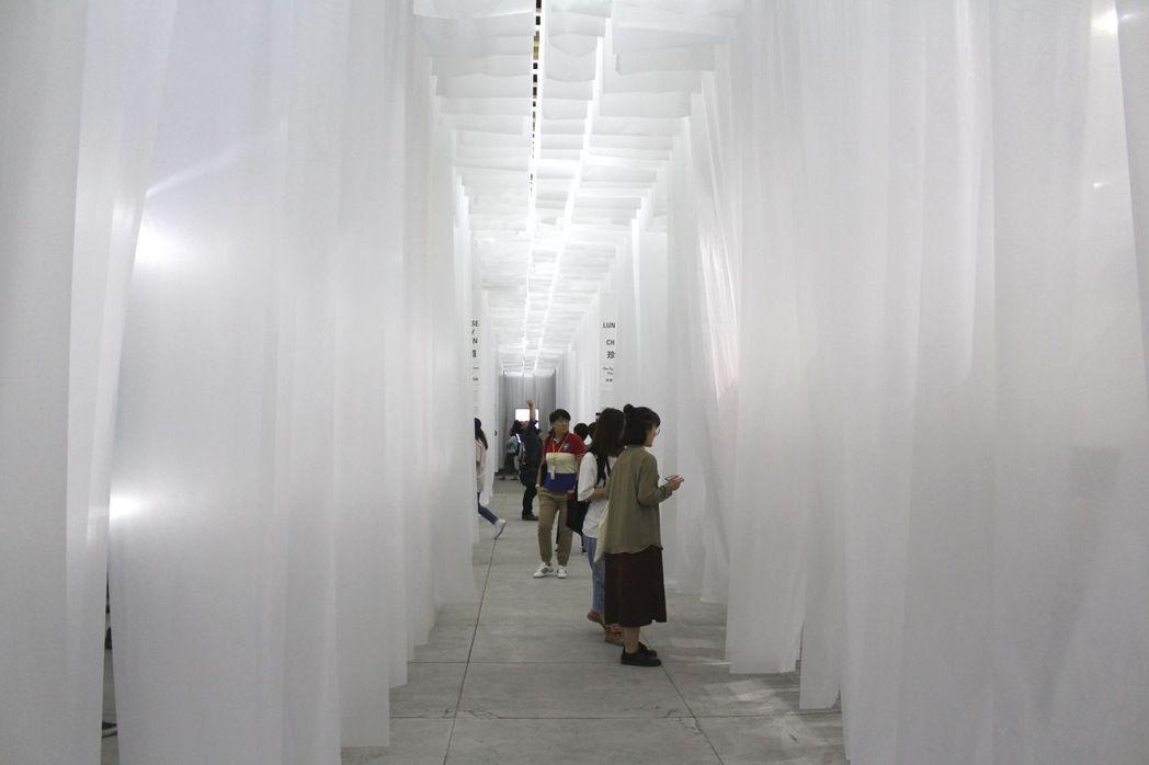 策展人王耀邦(格子)設計的主展場,遭媒體、立委譏為「靈堂美學」,卻在日本奪獎。記...