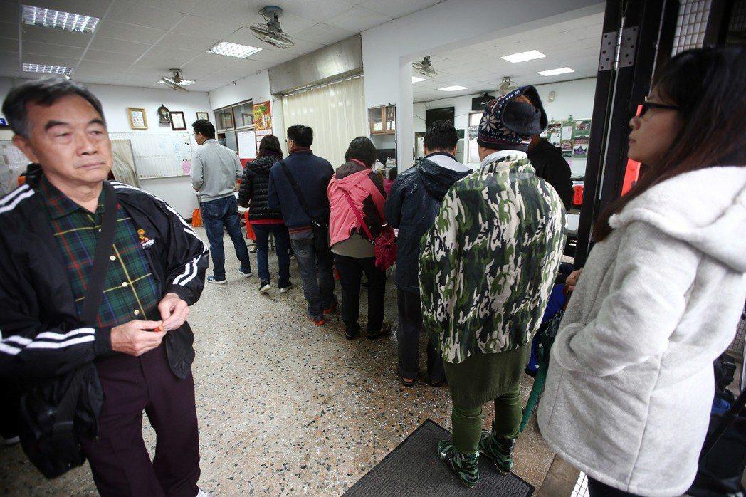 罷免立委黃國昌投票案昨登場,雖然汐止下著雨,但仍出現短暫排隊等領選票的情況。記者...