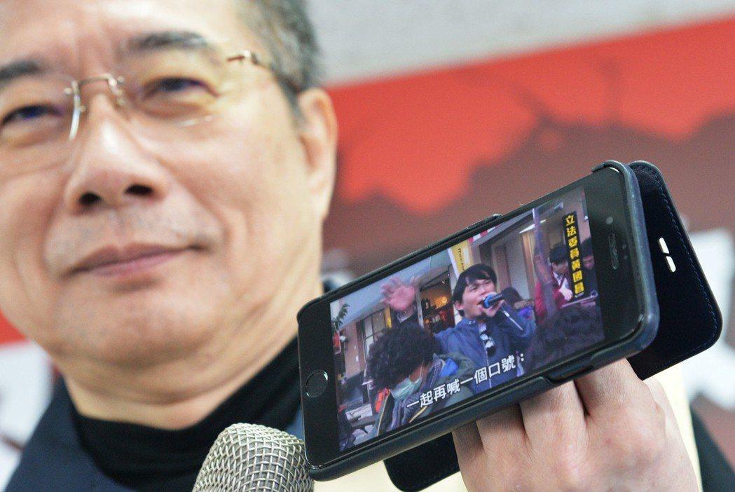 前立委蔡正元(圖)拿著當年黃國昌街頭演說罷免他的影片。 中央社