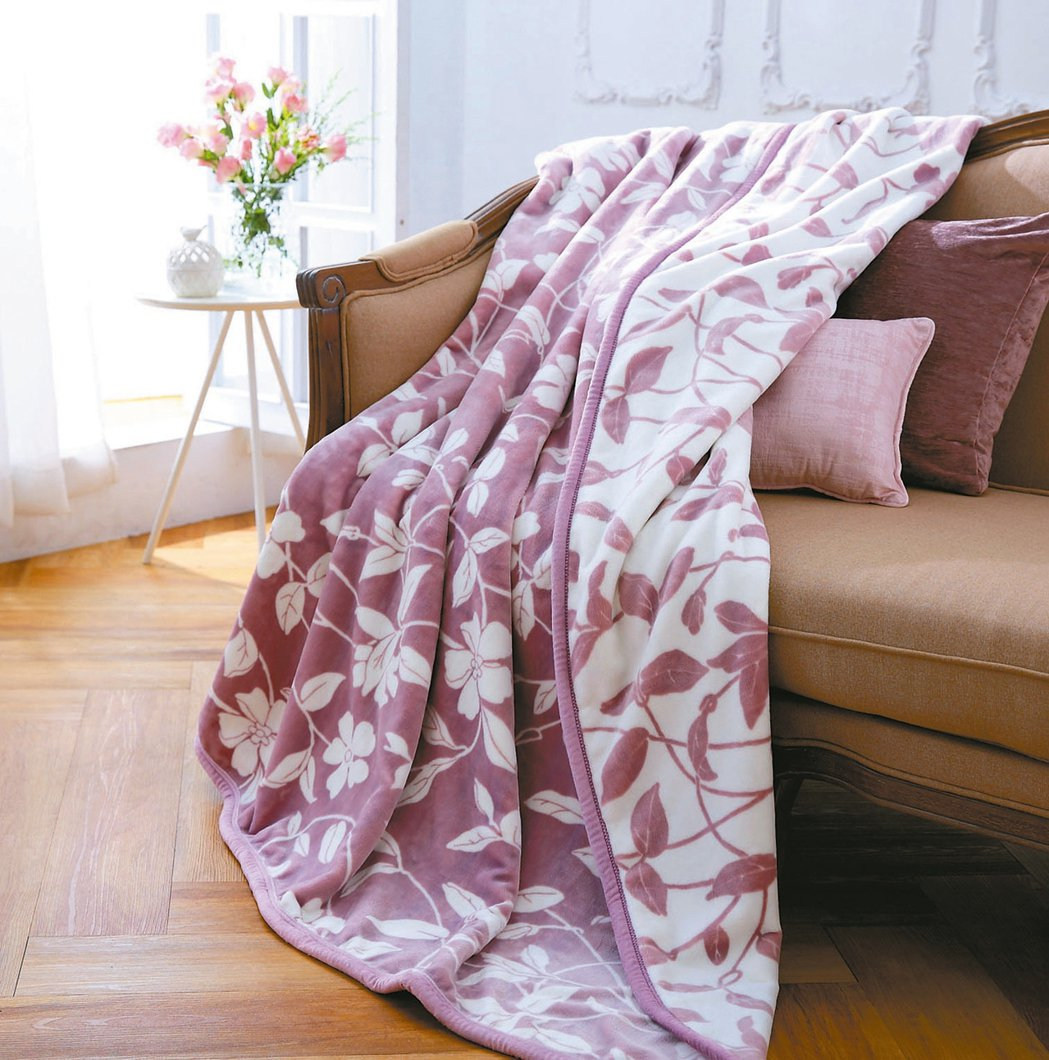 花蔓防靜電雙面法蘭絨毯,特價1980元。 HOLA/提供
