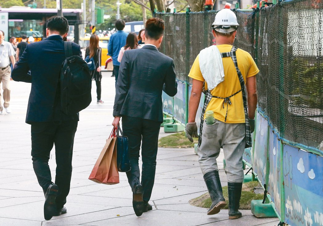 台灣勞工工作很拚命,雇主僱用成本卻不斷降低,勞動力便宜又大碗,勞工悲情程度恐居各...