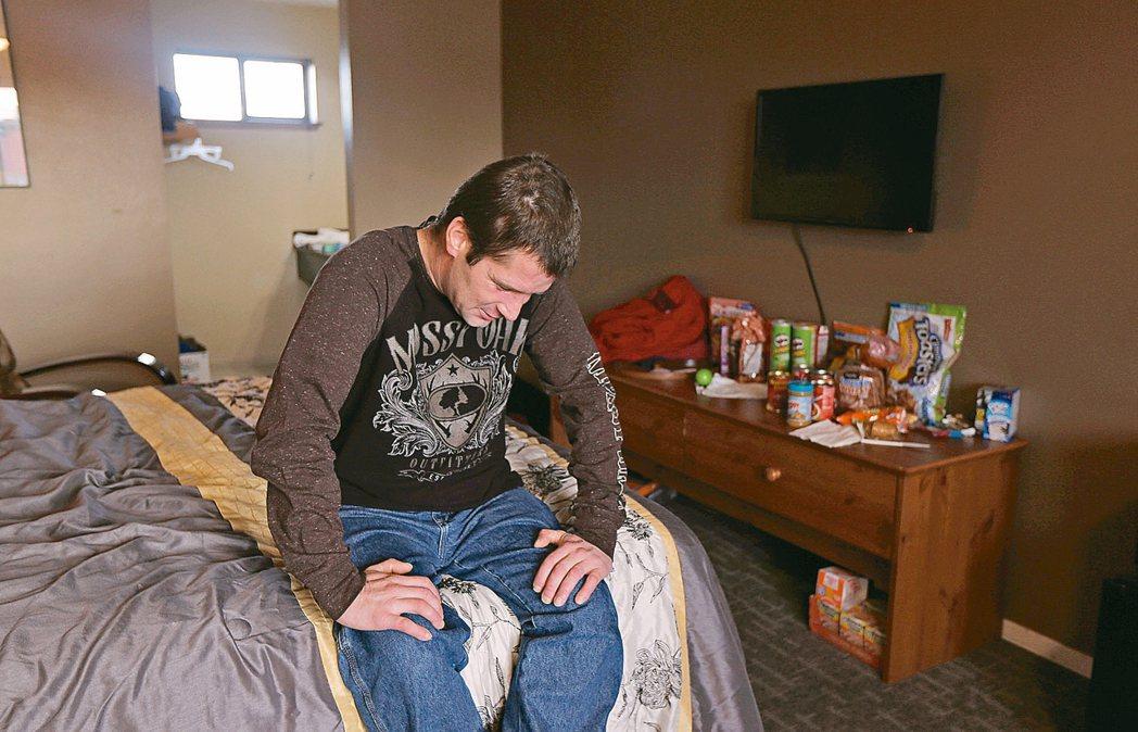 14%美國人生活在貧窮線以下。圖為華盛頓州的流浪漢拉普在他棲身的汽車旅館內。 美...
