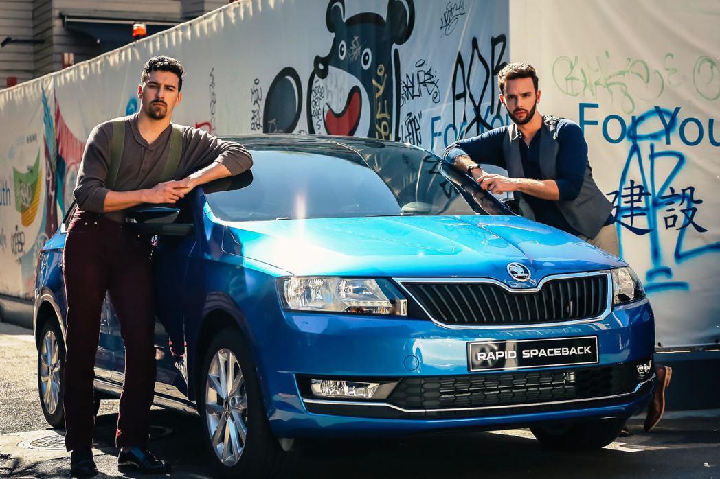 Škoda Taiwan特地邀請Handsome dancer抖肩兄弟來台灣拍攝宣傳影片,藉由簡單的抖肩動作表達對Škoda品牌的認同。 Škoda Taiwan提供