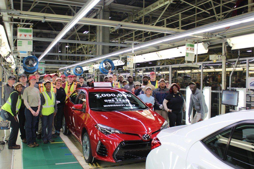 日前歡慶美國密西西比的Toyota工廠,第一百萬Corolla下線。 摘自Toy...