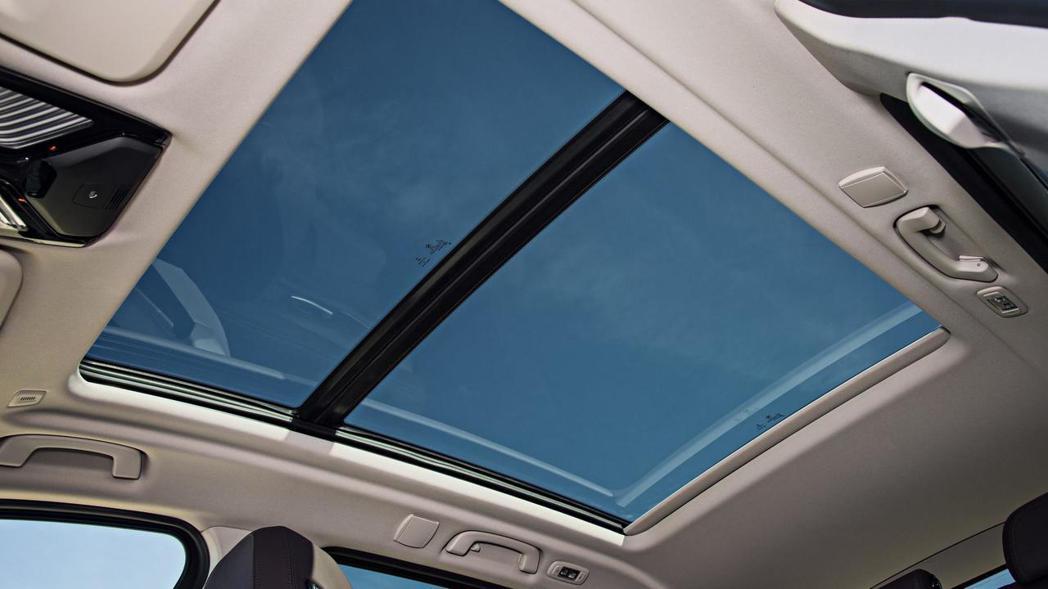 全新BMW X3的全景天窗。 摘自BMW