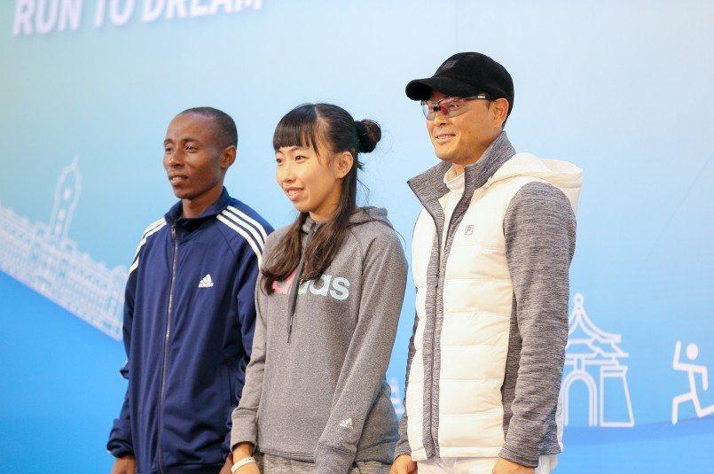台北馬賽前記者會肯亞好手 John Mwangangi (左起)、我國長跑女將陳...