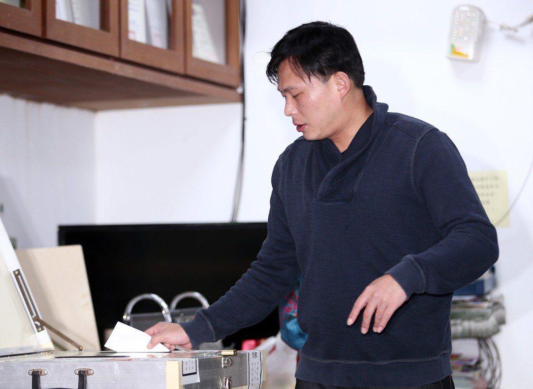 黃國昌抵達投票所在投票。記者杜建重/攝影