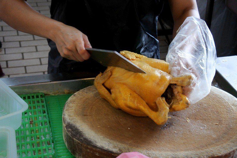 現點現切的美味玉米雞。(圖片提供/澤澤稱奇‧小澤)